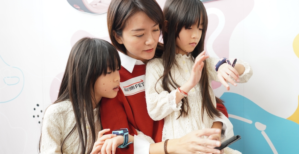 為小朋友設計的遠傳愛講定位手錶,家長可以隨時掌握兒童位置、還能打視訊電話