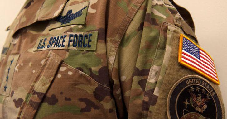 美國公布太空部隊制服,但是在太空中穿迷彩裝是要給誰看?