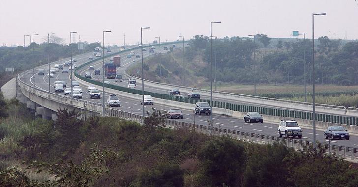 國道路肩行駛新規定 2/17 上路,原則限速 60 公里,出口前 500 公尺不得變換車道