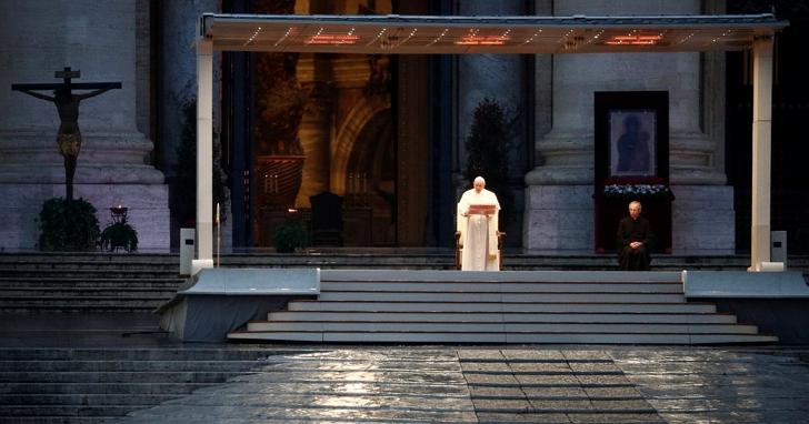 義大利一日病逝近千人,教宗方濟各於因疫情空無一人的聖伯多祿廣場對空獨禱