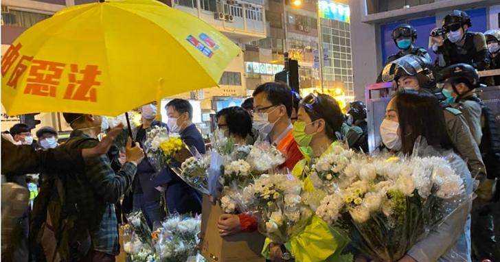 香港人民紀念8/31事件獻花,遭香港警方以防疫限制4人群聚的「禁聚令」驅散