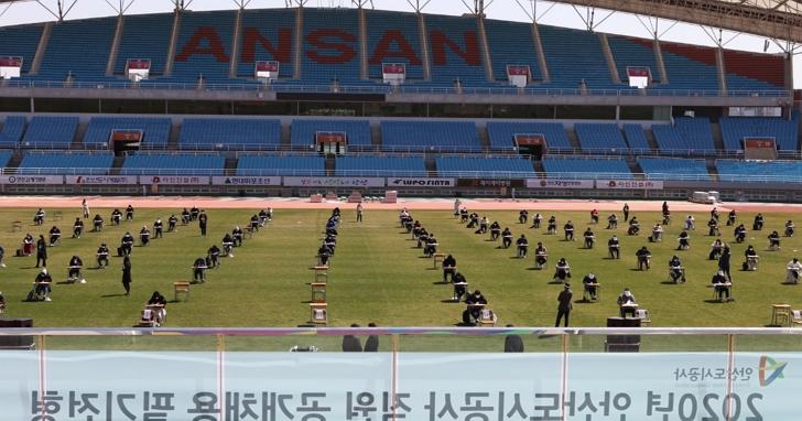 南韓建設公司徵才為保持社交距離,租了一間足球場來進行筆試