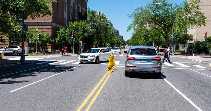 如何降低車輛左轉對行人的衝撞風險?答案是讓車子 90 度轉彎!