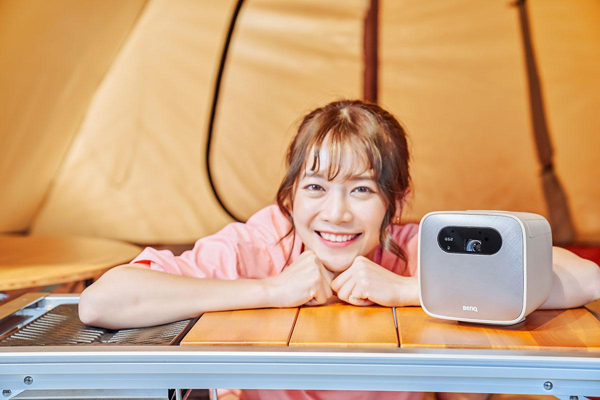 露營追劇一把罩,BenQ GS2 露營投影機,防水耐摔、無線投影,內建智慧系統好操作