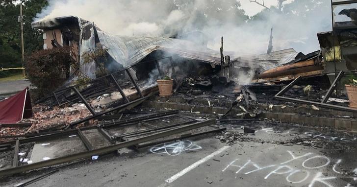 美國牧師無視禁令堅持舉辦教堂活動,結果教堂遭燒毀