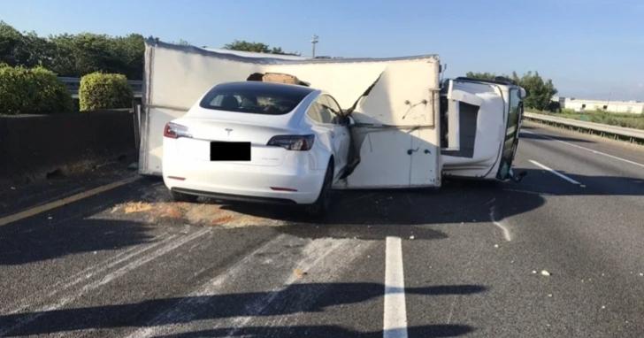 特斯拉無視國道中央大貨車橫倒直接筆直插入,駕駛表示有開啟輔助駕駛系統