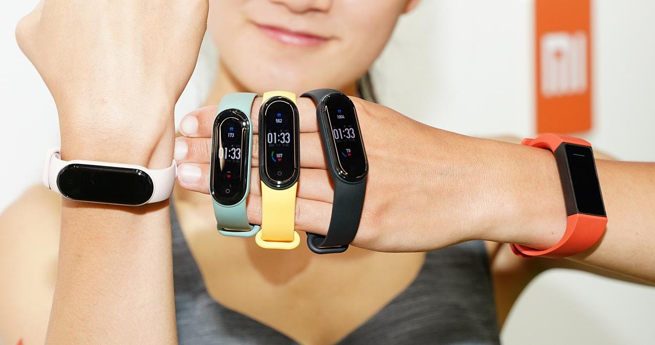 小米手環5/4C發表,售價945/495元,便攜相片印表機與智慧燈泡齊登場