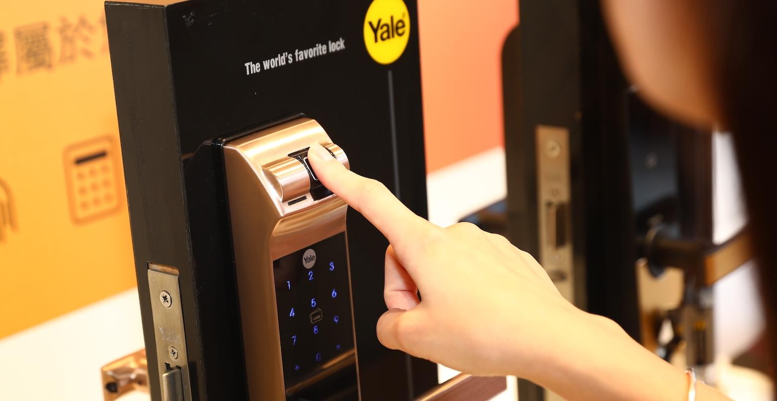 不怕忘記帶鑰匙!智慧電子鎖新發表,可用指紋、卡片、密碼、藍牙遠端、鑰匙開鎖