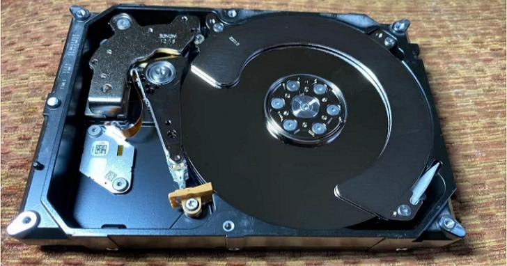 傳統硬碟廠打算在機體內塞下12張碟片,以對抗固態硬碟的崛起