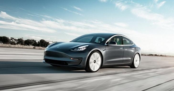 開啟自動駕駛就不管路況,Tesla 未來可能強制啟動車內攝影監控