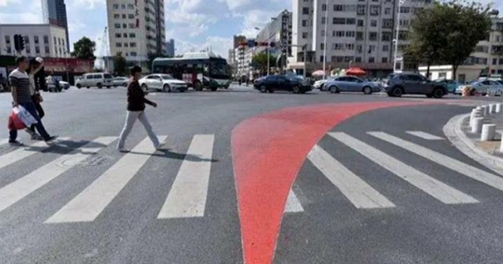 中國路口出現右轉盲區警示帶,想解決大車內輪差危險勿近的問題