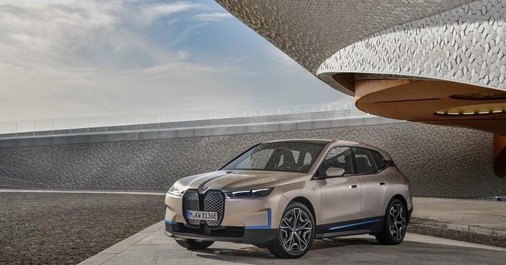 BMW 全新電動休旅 iX 終於來了,方向盤居然是六角形?!