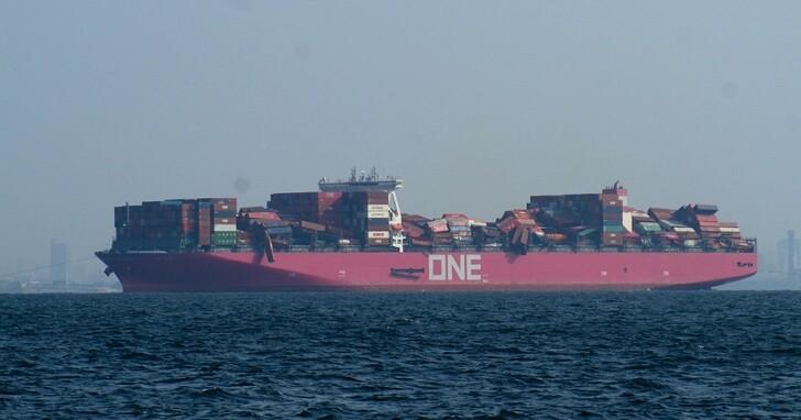 日本貨輪因暴風雨襲擊近2000個貨櫃落海,場面如俄羅斯方塊失控