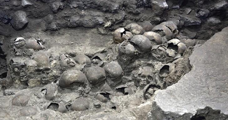 考古學家在墨西哥城對阿茲特克頭骨塔有新的發現,近120個遠古頭骨出土