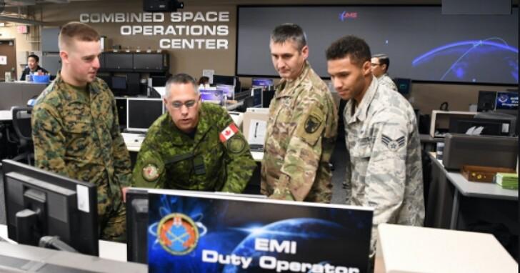 美國太空部隊的資深飛行員,為了排隊買PS5翹掉體能練習課被降階