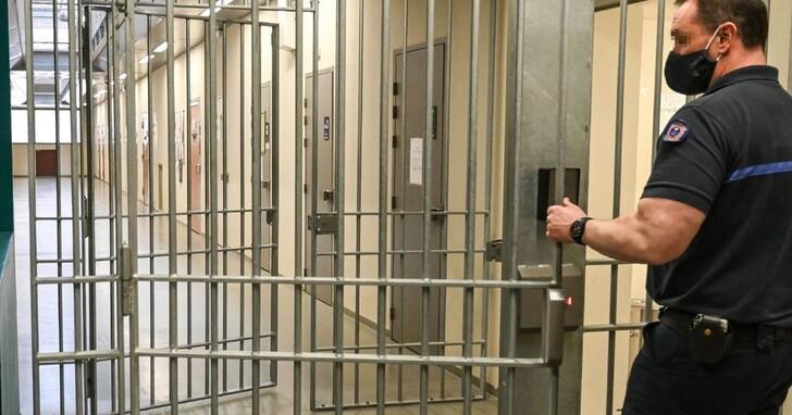 英國一名通緝犯在疫情隔離時因為無法忍受室友,打電話給警察自首求回監獄
