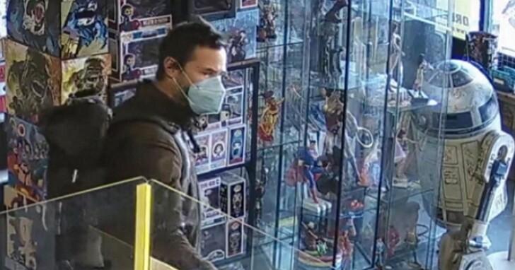 基努李維被拍到跑去漫畫店買《電馭叛客2077》銀手強尼公仔,堪稱最佳遊戲代言楷模