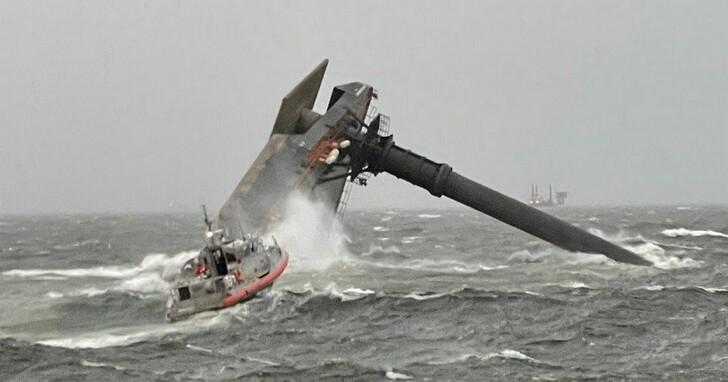 「重量級」船難!美國一艘升降平台船因風浪過大翻覆