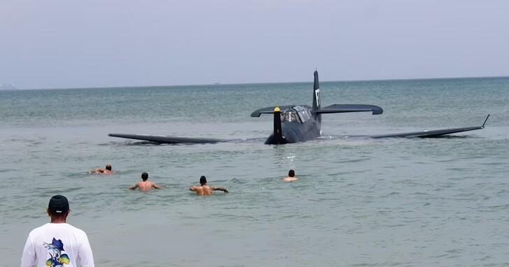 地方媽媽在海邊拍孕婦寫真超展開,竟然有二戰戰機從天而降迫降海面
