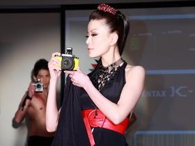 Pentax K-01 在台發表,名設計師 Marc Newson 打造時尚風