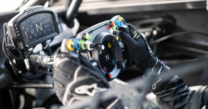 Bentley 新款方向盤不僅能裝到車上,還能當成賽車模擬電玩控制器