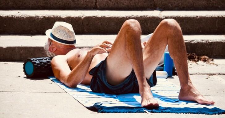 澳洲兩男違反防疫去海灘全裸日光浴,卻「被鹿追趕」躲進國家公園還迷路、神展開成溜鳥俠