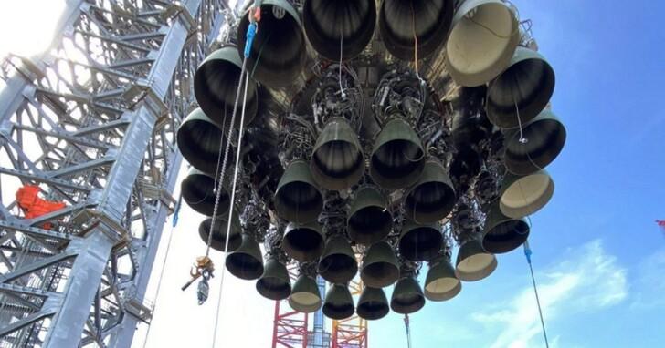 馬斯克超重型火箭「上架」到發射台,29個猛禽引擎蓄勢待發