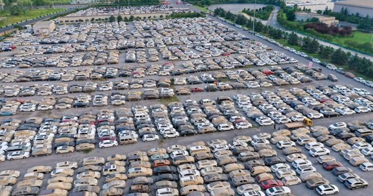 中國網友航拍照呈現鄭州洪災後泡水車「墳場」,名車與山寨車並排成廢鐵