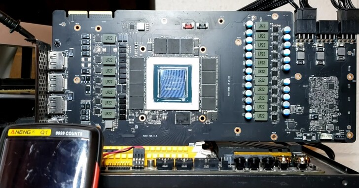 他買了RTX 3090創始版顯卡跑遊戲溫度高達110度,拆開竟發現一個絕緣指套