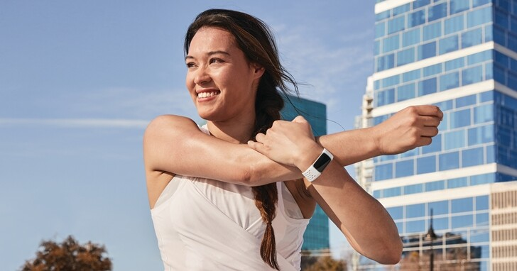 Fitbit 首款具備 EDA 壓力感測的智慧手環來了!Charge 5 升級搭載彩色觸控螢幕、售價 5,990 元