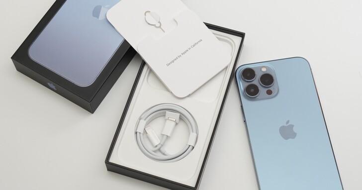 iPhone 13 全系列開箱四款機種一次看完!天峰藍沒那麼藍、螢幕變亮超有感