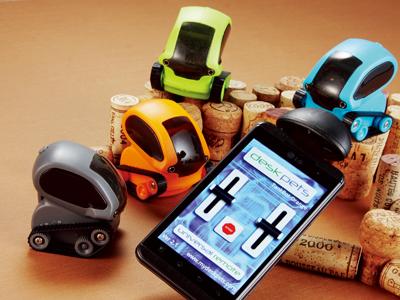 桌面坦克車小玩具 TankBot,可以用手機 App 遙控、也可以自己趴趴走