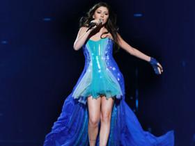 明星也著迷!用1萬顆 LED 、幻燈片、蚊帳打造的時尚洋裝