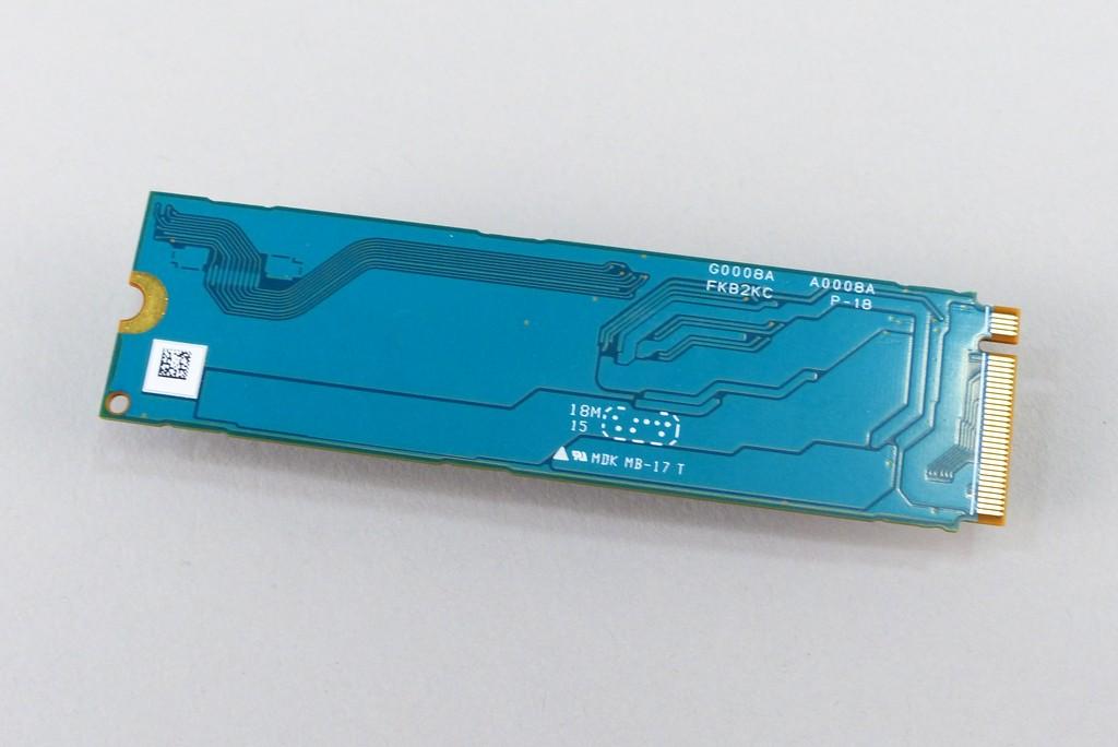 XG6 所有版本為單面上料,因此 SSD 背面沒有任何零件