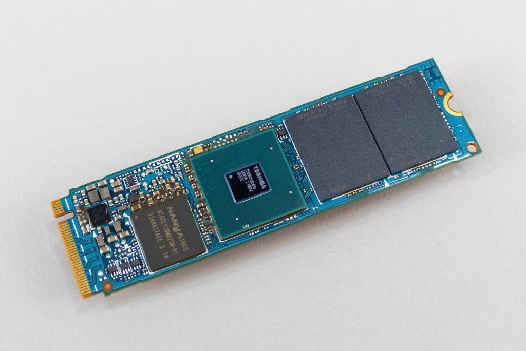 將壓克力貼紙卸除,即可見到快取記憶體、控制器、快閃記憶體(由左至右)