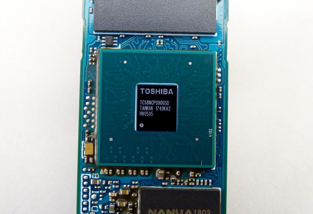 控制器依舊採用 TC58NCP090GSD,透過韌體升級方式支援 NVMe 1.3