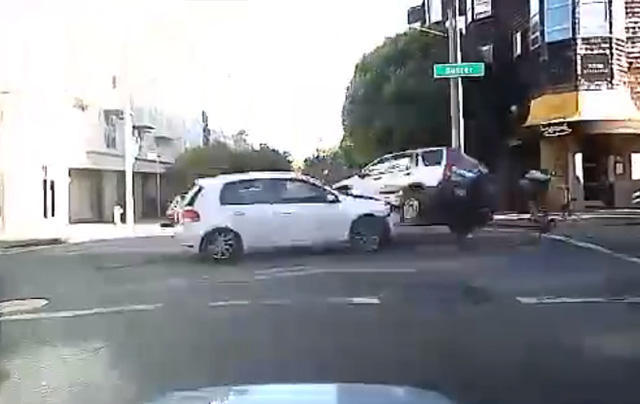 以為有 Honda CRV護體,腳踏車騎士竟被撞飛!