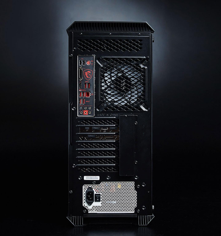 接著看到機身後側,上方配置了散熱風扇而左側則是主機板的 I/O 埠,下方提供了 6 組擴充位,其中 2 組已經配置了 MSI GeForce RTX 2070 Gaming 8G 顯示卡,至於最底部則裝載了振華的 650W 金牌電源供應器。 ▲在主板內建的 I/O 埠部份,提供了 PS/2 鍵盤滑鼠埠、2 組 USB 2.0 Type A 埠,一組 DVI 埠、一組 HDMI 埠、4 組 USB 3.1 Gen1 Type A、2 組 USB 3.1 Gen2 Type A、GbE RJ-45 網路埠、5 組音效輸出/輸入埠,1 組 S/PDIF 光纖輸出埠。  ▲MSI GeForce RTX 2070 Gaming 8G 顯示卡提供 3 組 DisplayPort 、1 組 HDMI 與 1 組 USB Type C 埠。