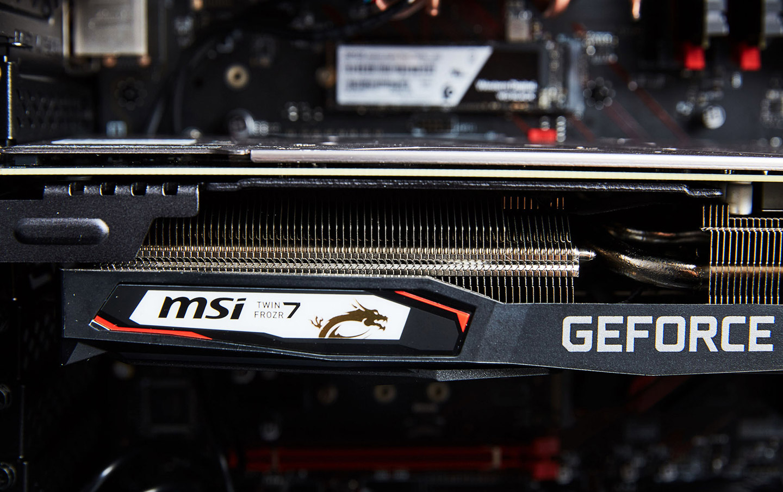 這台測試機選配的是 MSI GeForce RTX 2070 Gaming 8G 顯示卡,可看到體積頗大的顯示卡內層有大面積熱導管與散熱鰭片。