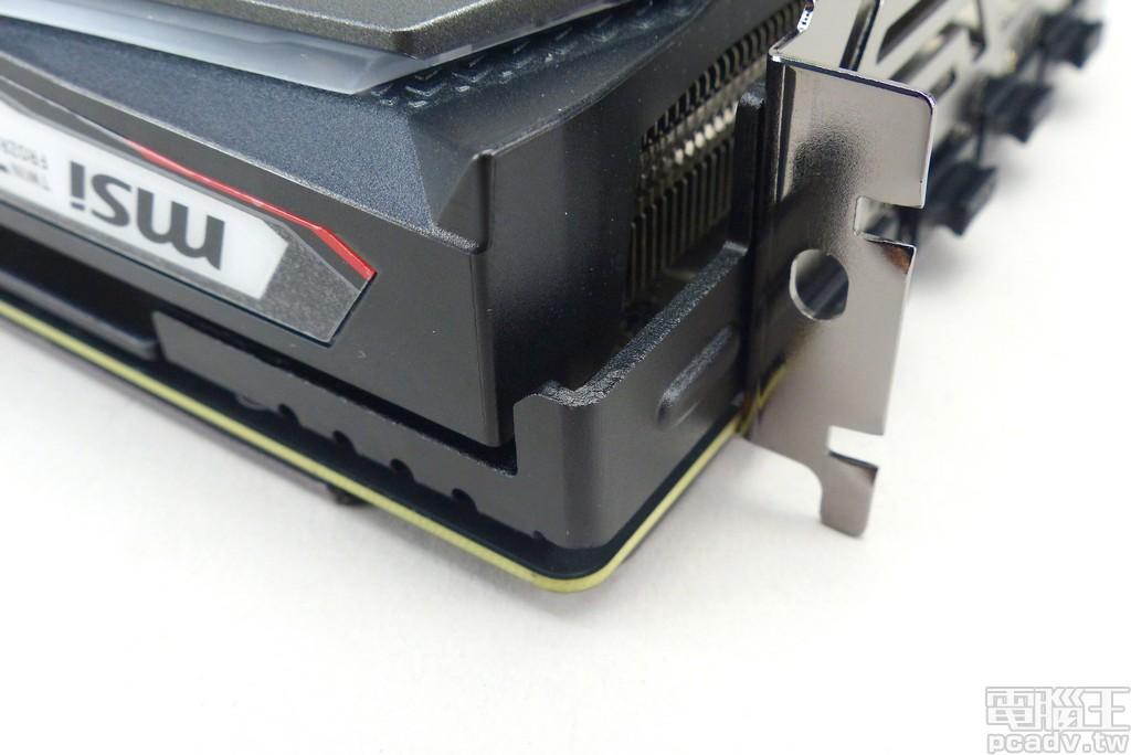 金屬支撐架透過結實的肋條連接輸出檔板,避免散熱器過重導致電路板變形