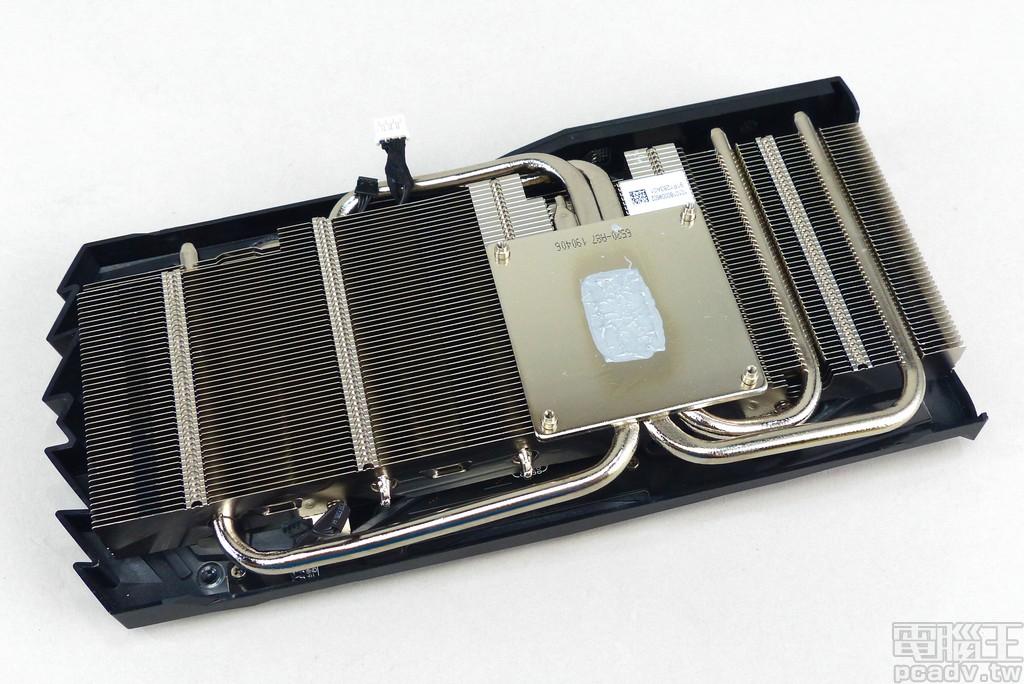 散熱器採用 3 根 6mm 熱導管貫穿銅鍍鎳底座與鋁質�片