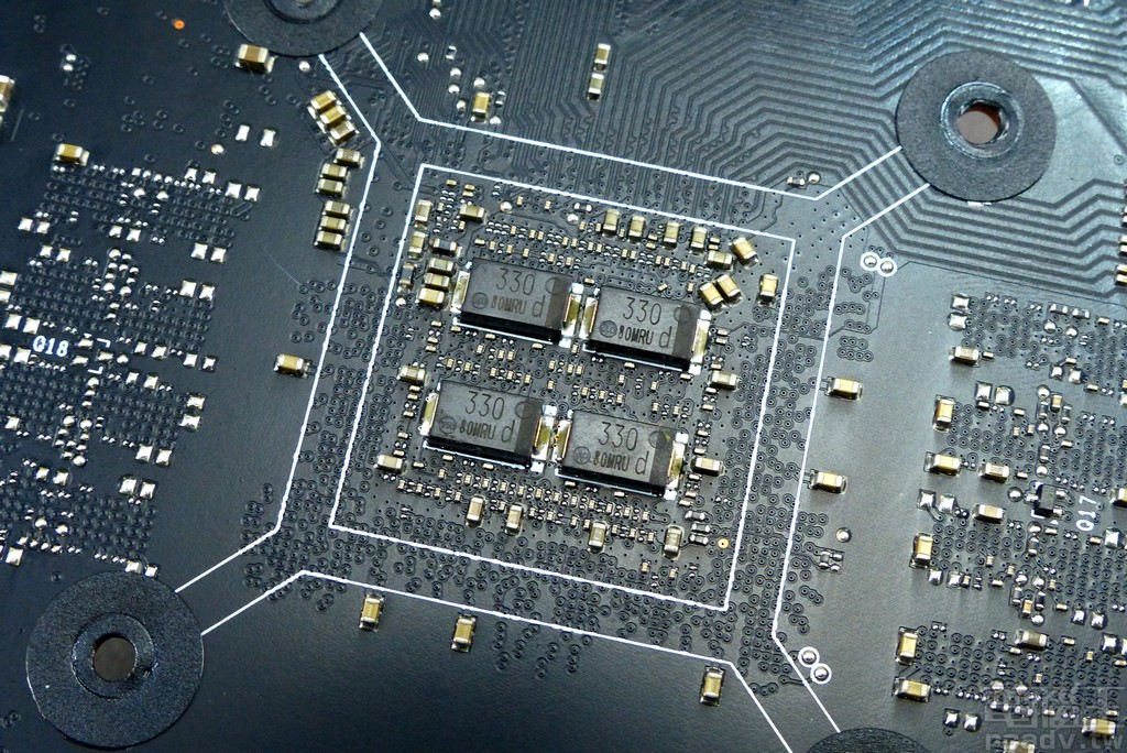 TU116-300 電路板背面相對應位置焊有 4 顆 Panasonic 導電性高分�鋁電解電容(SP-Cap)330μf,以及多個積層陶瓷電容