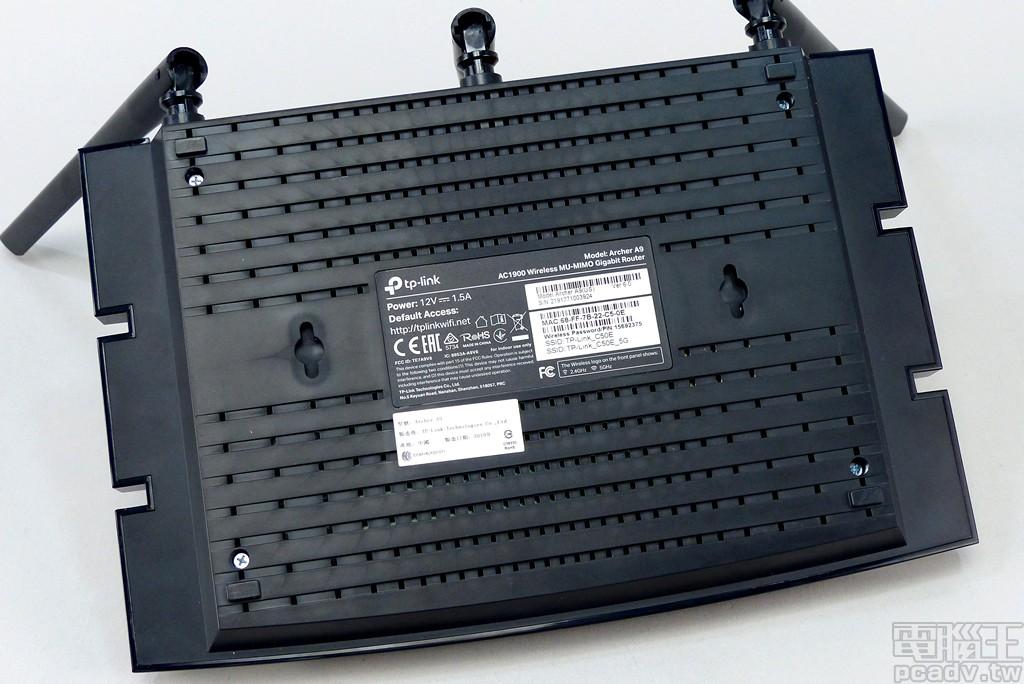 Archer A9 v6 底部貼有資訊貼紙,包含無線網路 SSID 與密碼,並留有雙向壁掛�