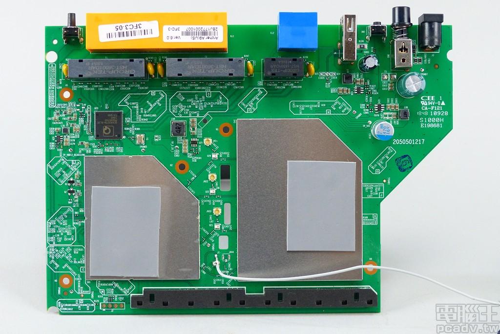 褪去散熱片,可見 2 個被金屬屏蔽蓋包覆的區塊,左側較小區域放置 QCN5502 和記憶體,右側則是 QCA9984