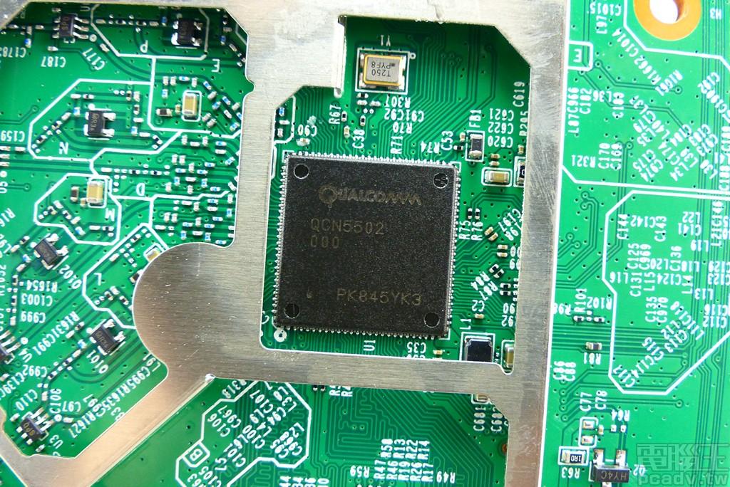 QCN5502 WiSoC,整合四核心處理器與 802.11 b/g/n 無線網路,最高支援 4 空間流