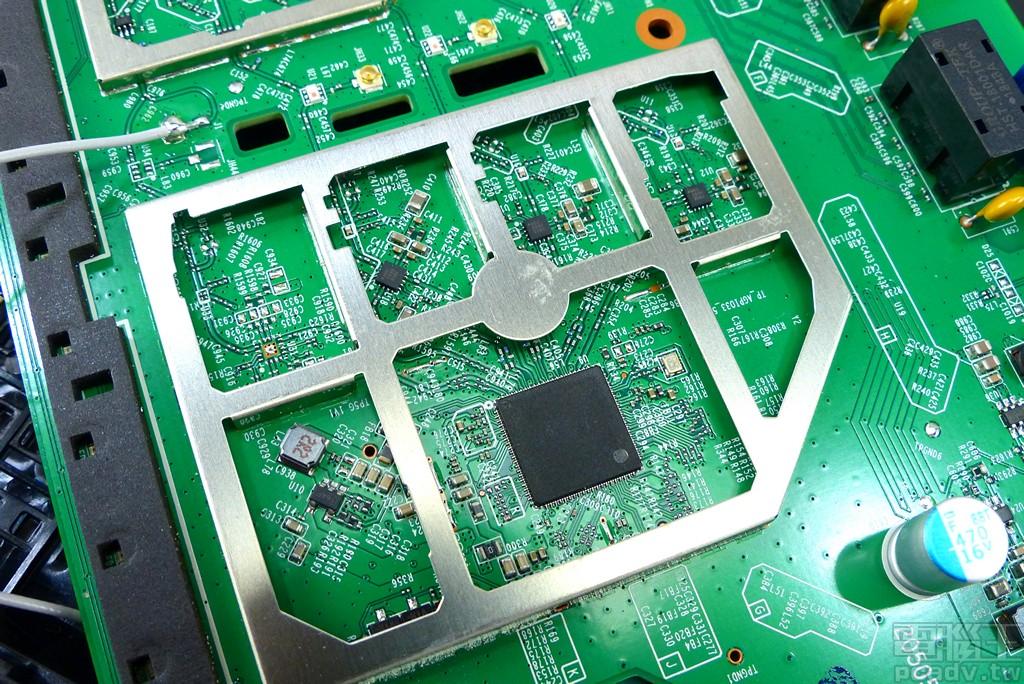 電路板留有第四個 Microsemi LX5589H 前端模組晶片的線路,但是並未上料