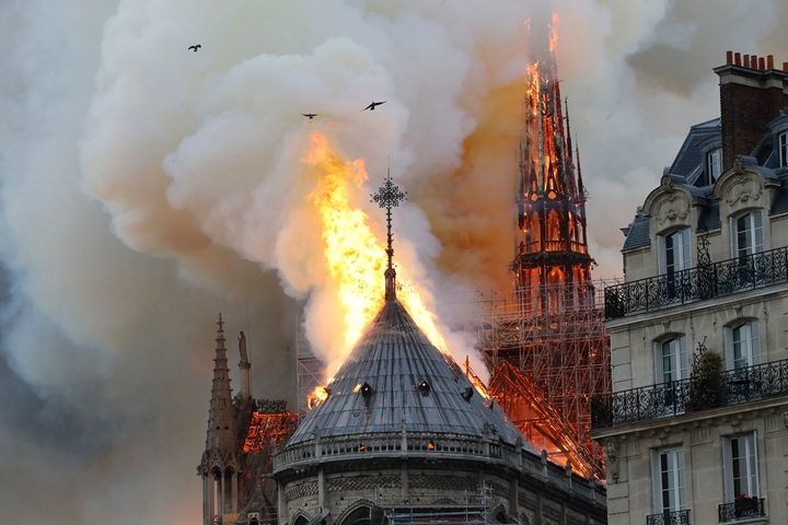 在搶救巴黎聖母院的關鍵4小時,巴黎消防隊動用了機器人、無人機�科技來協助控制火情以及決�