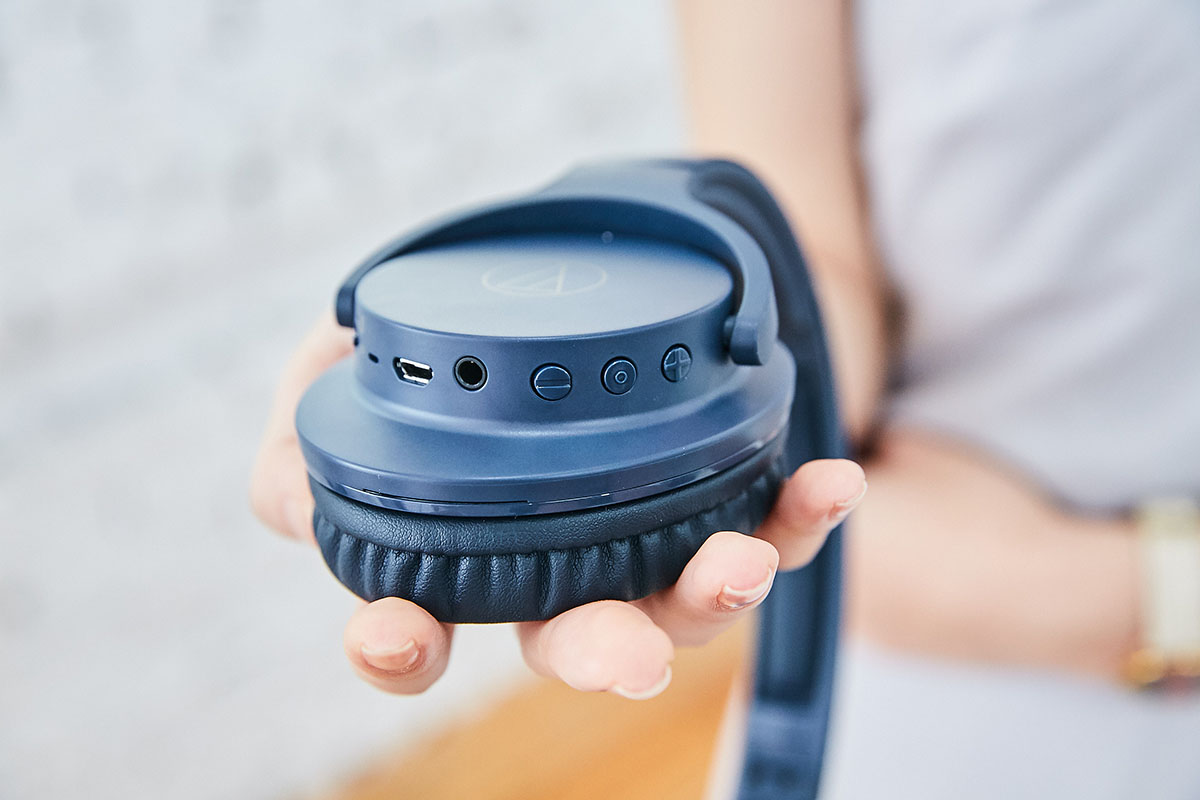 主要的功能操作按鍵分佈在耳罩的側緣,可以看到包含 Micro USB 充電�、3.5mm 線材傳輸�以及音量、�放控制鍵。