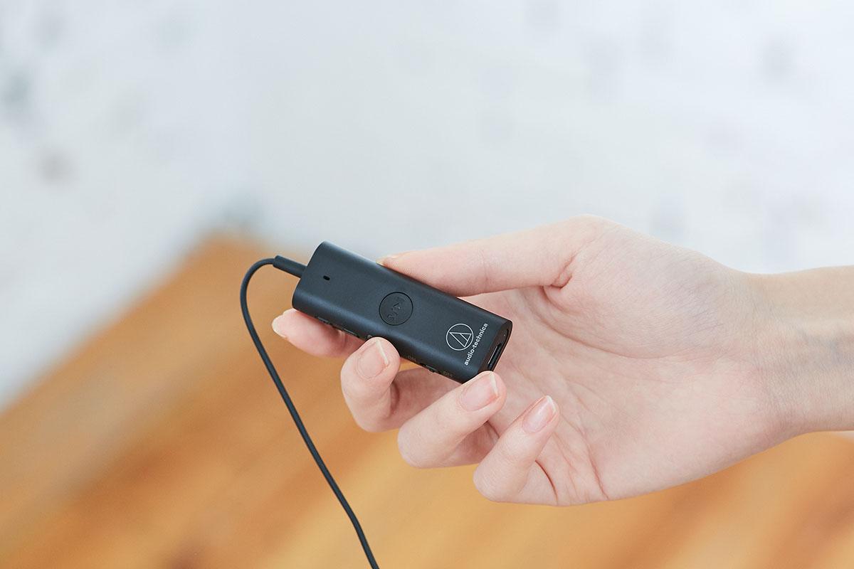 線控盒拿在手�的感覺相當輕盈,且因採用弧面造型,所以握感還不錯,而�面的�放/暫停/接聽/掛斷功能圓形按鍵與品牌商標並置,有種協調的美感。