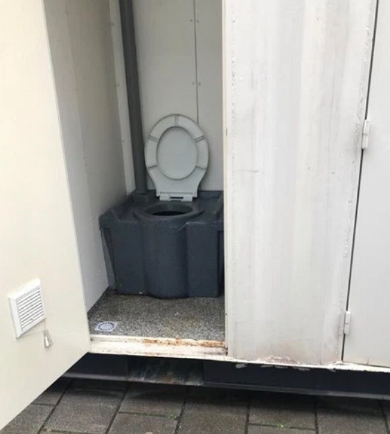 英國男�在 Airbnb 花四千元訂「乾淨小屋」,到了現場發現是貨櫃箱不說、這「獨立衛浴」完全不行啊!